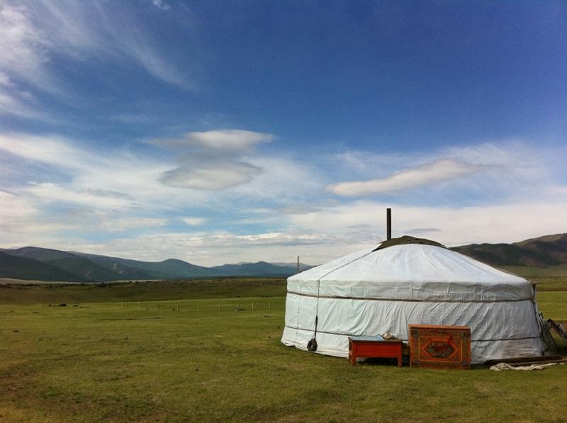 Mongolian_yurt_in_steppe.jpg